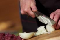Do základu pre guláš si nakrájame na jemno predpísané množstvo cibule.