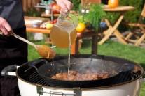 Zmes mäsa a základu v panvici zalejeme dostatočným množstvom vývaru. Najlepší je samozrejme doma uvarený z kostí.