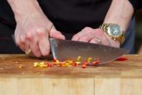 Pre milovníkov ostrých pokrmov možno pridať do gulášu jednu až dve farebné feferónky.