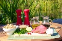 K príprave hovädzieho soté budeme potrebovať steak z hovädzieho boku, rastlinný olej, soľ, korenie, cesnak, chili paprčiky, koriander, hnedý cukor,