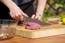 Steak z hovädzieho boku nakrájame na malé rezančeky.