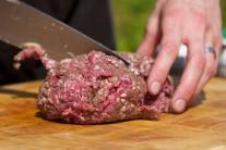 Najskôr si mleté mäso rozporcujeme. Gramáž jednotlivých burgerov je každého vec