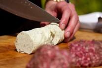Ak máme mäso rozdelené na jednotlivé hamburgery, naporcujeme si tiež bylinkové maslo.