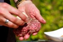 Do každého hamburgeru vtlačíme kúsok bylinkového masla a mäso opäť vymiešame do malého bochníka.