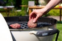 Hamburgery kladieme na rozpálený rošt a grilujeme priamou metódou z každej strany cca 5-7 minút.