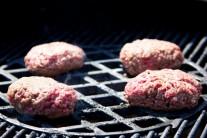 Hamburgery by mali mať v čase odobrania z roštu teplotu 71° Celzia. Ak neveríte svojmu odhadu, použite termosondu, ktorá meria s maximálnou presnosťou.