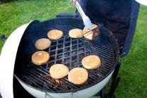 Aby bol hamburger naozaj dokonalý, dáme na gril rozpiecť tiež žemle, ktoré predtým môžeme potrieť maslom.