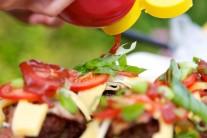 Nemala by chýbať ani osviežujúca paradajka a kto chce, môžete si na hamburger kvapnúť ešte trochu kečupu, horčice alebo majonézy.