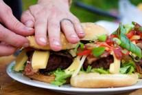 Hamburger priklopíme druhou polovicou žemle, poriadne stlačíme a môžeme servírovať.