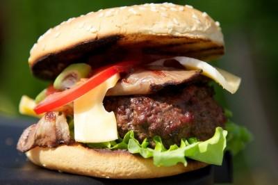 Hamburger s bylinkovým maslom