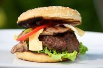Tradičnou prílohou k hamburgeru sú hranolky. Môžeme ale použiť aj americké zemiaky, krokety, alebo napríklad nejaký šalátik.