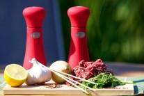 Na tradičné turecké jedlo budeme potrebovať mleté hovädzie mäso, čerstvé bylinky, 2 jarné cibuľky, cesnak, rascu, čerstvo namleté korenie, muškátové oriešky a samozrejme špajdle, aby bolo kebab na čo napichnúť.