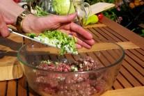 V dostatočne veľkej mise zmiešame mäso s bylinkami a jarnou cibuľkou.