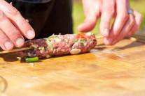 Teraz si z našej zmesi na kebab vytvoríme malé valčeky.