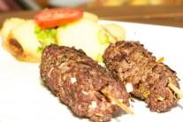 Kebab podávame s arabským chlebom, zeleninou, ale pokojne aj so slovenským pečivom.