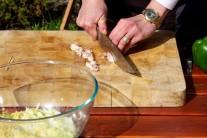 Nakrájanú anglickú slaninu môžeme vopred orestovať na panvici s minimálnym množstvom tuku. Vynikne tak viac jej aróma a bude v plackách chrumkavejšia.