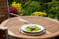 Grilovaný baklažán servírujeme teplý ako ľahkú letnú večeru. Môžeme doplniť obľúbeným dresingom či len kyslou smotanou dochutenou soľou, korením a čerstvými bylinkami.