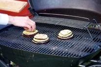 Veľká plocha grilu Weber Q 320 umožňuje prípravu pokrmu pre väčší počet stravníkov. Baklažány necháme prepekať približne 10 - 12 minút. Hotové posypeme strúhaným syrom a servírujeme teplé.