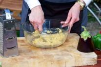 Hotovú náplň odložíme nabok. Vyberieme plátky baklažánu z grilu. Túto náplň kladieme na teplé plátky, budú sa ešte raz zapekať v grile.