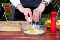 K príprave náplne si pripravíme šunku, vajcia, strúhanku, mlieko, soľ, korenie. Do veľkej misy vsypeme strúhanku, pridáme vajce, prilejeme mlieko, nakrájanú šunku, ktorú môžeme nahradiť tiež anglickou slaninou. Dochutíme soľou a korením. Vymiešame stredne tuhú náplň.