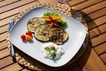 Grilované baklažány servírujeme teplé so studenou smotanovou alebo jogurtovou omáčkou. Dozdobíme čerstvou zeleninou.
