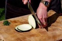 Umytý a osušený baklažán nakrájame na plátky hrubé cca 0,5 cm. Rozložíme na rovnú plochu a posolíme. Necháme 10 minút stáť, prebytočnú tekutinu odsajeme pláteným obrúskom. Baklažán máme teraz pripravený na marinovanie.