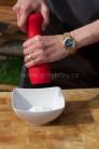 Omáčku ku špízom vyrobíme veľmi rýchlo zmiešaním bieleho jogurtu so soľou a korením, rozotretým cesnakom a nakoniec pridaním nasekanej čerstvej mäty.