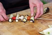 Pri príprave špízov môžeme pridať aj čerstvé šampiňóny či iné huby. Chutná je tiež grilovaná cibuľa.