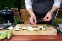Hotové plátky vyberieme z grilu a rozložíme na doštičku alebo inú vhodnú rovnú podložku. Na každý baklažán položíme dielik syra a jeden lístok čerstvej šalvie.