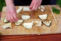 Vo chvíli, keď máme na všetkých plátkoch syr a šalviu, môžeme začať stáčať závitky. Pripravíme špízy, ak ich nemáme, postačí obyčajná špajdľa, ktorej pred vložením na gril obalíme konce alobalom.