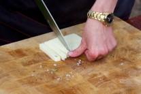 Tvrdý tvarohový syr, najlepšie kozí nakrájame na úhľadné dieliky. Na každý diel baklažánu jeden diel syra.