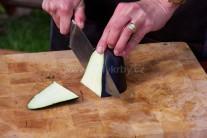 Očistené baklažány nakrájame ostrým nožom na pozdĺžne plátky hrubé asi 3 - 5 mm.