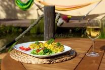 Kukuričné placky podávame s čerstvou zeleninou.