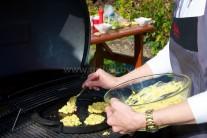 Na rozpálenú liatinovú panvicu kladieme zmes na kukuričné placky.