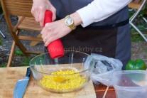 Zrnká kukurice vsypeme do primerane veľkej misy, pridáme vajcia a osolíme. Tiež prilejeme mlieko a premiešame.