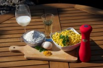 K príprave kukuričných placiek si pripravíme zrnká kukurice - mrazené alebo čerstvé, mlieko, múku, vajce, soľ, kari korenie, červenú kápiu, zelené čerstvé bylinky a trochu oleja na vyprážanie.