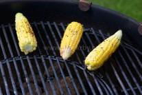 Kukuričné klasy kladieme na stredne rozpálený gril.