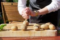 Grilované mäkké zemiaky vyberieme z grilu, preložíme na tanier, kde ich ľahko dlaňou alebo nožom drvíme.