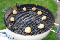 Zemiaky vložíme na rošt grilu a priklopené grilujeme 30 minút, kým nie sú zemiaky mäkké. Občas skontrolujeme a obrátime alebo presunieme na okraj grilu či späť na stred. V našom prípade bol použitý gril Weber One-Touch Premium 57.
