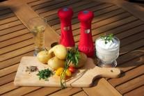 Do malej misky dáme kyslú smotanu, podľa chuti osolíme a okoreníme, dochutíme sekanými zelenými bylinkami a cesnakom. Všetky suroviny vymiešame do hladkej omáčky.