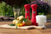 Na grilované zemiaky si pripravíme menšie zemiaky, maslo, sekané zelené čerstvé bylinky, soľ, korenie a kyslú smotanu.