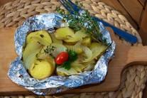Grilované zemiaky servírujeme tak, že alobalové balíčky len rozbalíme, upravíme do podoby mištičky, dozdobíme čerstvou petržlenovou vňaťou a paradajkami. Podávame teplé ako ľahkú večeru či ako prílohu ku grilovanému mäsu.