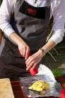 Plátky zemiakov naukladáme na stred alobalu, poukladáme polmesiačiky cibule, osolíme a okoreníme. Na jemnom strúhadle nastrúhame kôru z bio citróna. Zemiaky posypeme - počítame pol lyžičky na osobu.