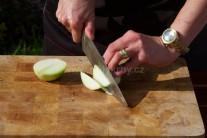 Väčšiu cibuľu nakrájame na úhľadné polmesiačiky. Na jednu osobu počítajme s polovicou cibule. Pečená cibuľa zemiaky pekne prevonia.