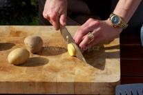 Zemiaky nakrájame na rovnako hrubé plátky, na osobu budeme potrebovať 2 - 3 kusy. Dbáme na rovnakú veľkosť dielikov zemiakov, pri grilovaní sa budú rovnako prepekať. Nestane sa nám, že by jeden bol tvrdý a jeden prepečený.