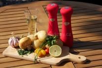 K príprave voňavých zemiakov na grile si pripravíme umyté stredné zemiaky, ktoré nakrájame na plátky. Ďalej potrebujeme červenú cibuľu, cesnak, štipku citrónovej kôry, soľ, korenie a olej. Ešte potrebujeme alobalové štvorce z alobalu vhodného na grilovanie.