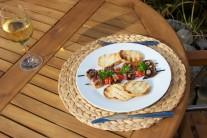 Hotové špízy servírujeme teplé s opečenými toastami z bagety. Plátky bagety pred vložením do grilu potrieme bylinkovým maslom. Grilujeme dochrumkava. Ako oblohu môžeme pripraviť čerstvú zeleninu.