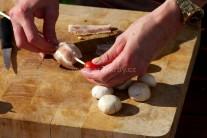 Pripravíme si kovové ihly alebo špajdle a môžeme začať s prípravou špízov. Napichujeme striedavo hlavičku šampiňónu obalenú v plátku anglickej slaniny a cherry paradajkami. Takto postupujeme, kým nemáme ihlu alebo špajdľu plnú.