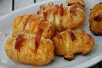 Grilované zemiaky môžeme podávať len tak samotné, s domácou tatarkou alebo inou omáčkou.