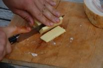 Nakrájame si tvrdý syr, napríklad eidam, ale aj ementál alebo chedar.